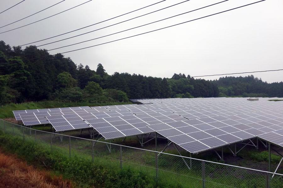 両面ガラスのパネルを並べた茨城県笠間市にある太陽光発電所。出力は500kW